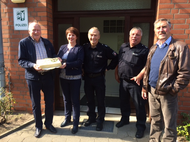 Übergabe Tortenspende Bäckerei Baumgarten zum Erhalt der Polizeistation